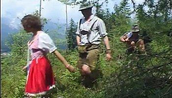 Завязали трахает девушку в лесу